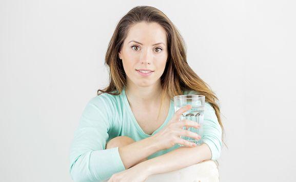 Für mehr Spannkraft: Wer genug Wasser trinkt, kann sein Hautbild verbessern.