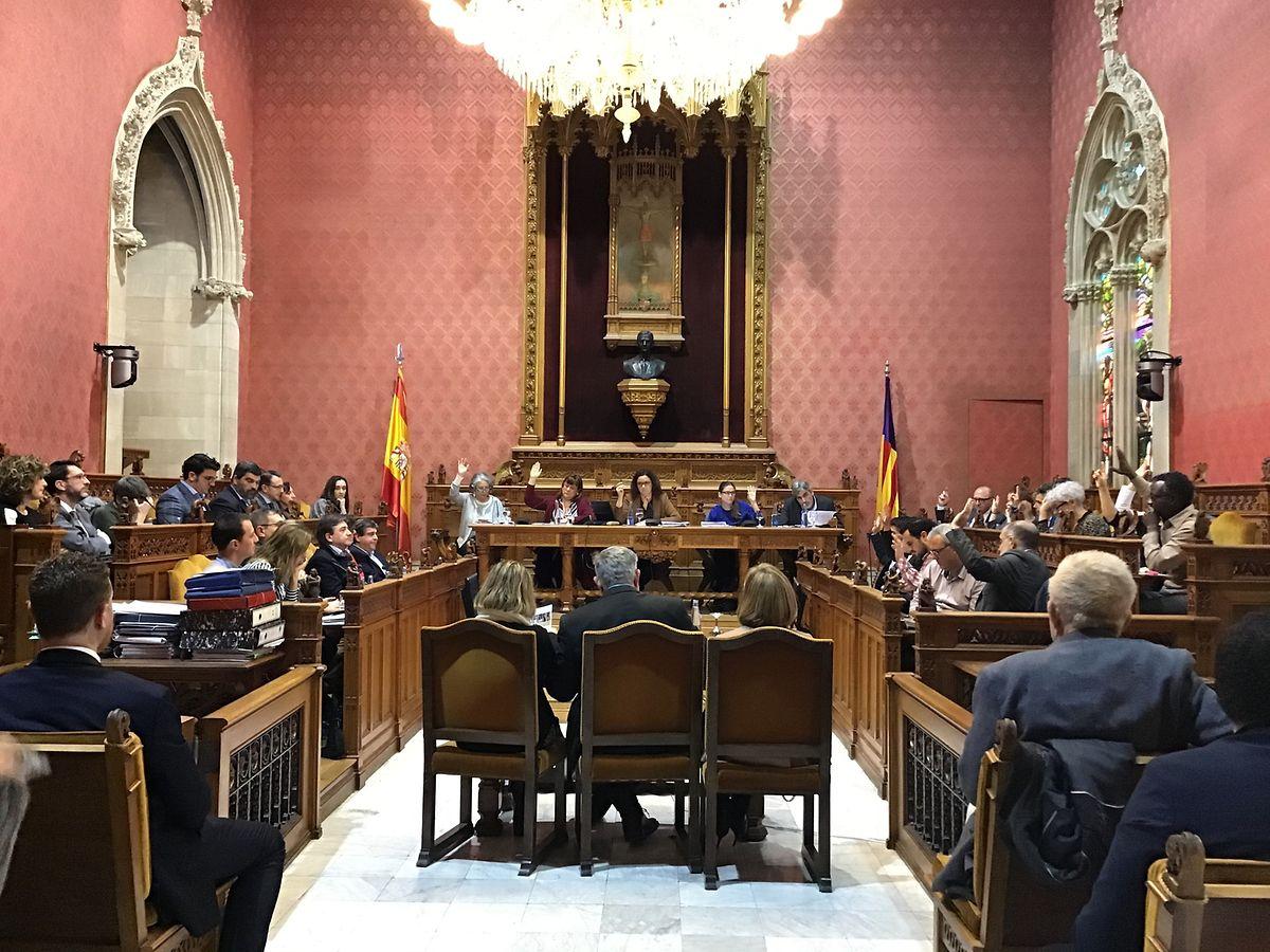 Blick auf die Plenarsitzung des Rates von Mallorca. Rund eineinhalb Monate nach Bekanntwerden des Skandals legte der Inselrat ein Maßnahmenprogramm vor.
