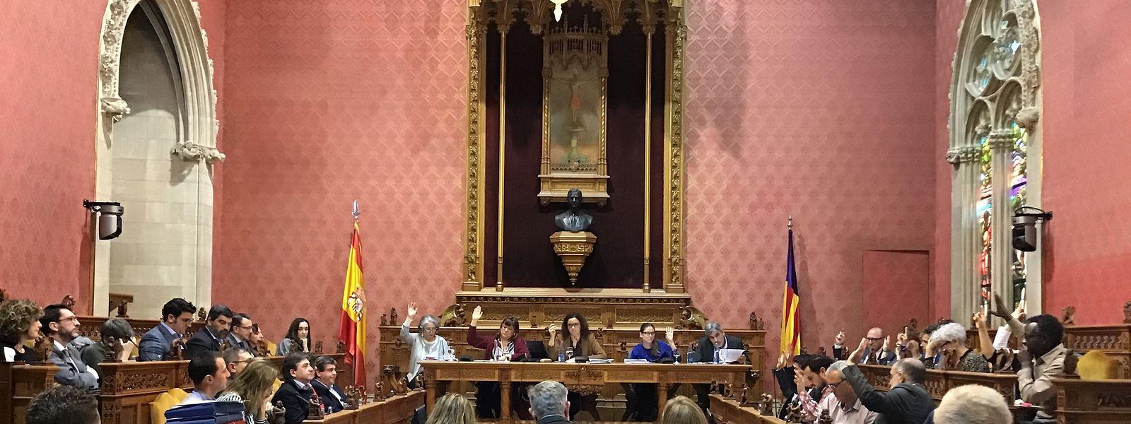 """HANDOUT - 13.02.2020, Spanien, Mallorca: Blick auf die Plenarsitzung des Rates von Mallorca. Mallorca geht gegen den sexuellen Missbrauch von Kindern und Jugendlichen in zahlreichen Heimen der spanischen Urlaubsinsel vor. Rund eineinhalb Monate nach Bekanntwerden des Skandals legte der Inselrat ein Maßnahmenprogramm vor. (Bestmögliche Bildqualität) (zu dpa """"Mallorca geht gegen sexuellen Missbrauch von Heimkindern vor"""") Foto: Consell Mallorca/dpa - ACHTUNG: Nur zur redaktionellen Verwendung im Zusammenhang mit der aktuellen Berichterstattung und nur mit vollständiger Nennung des vorstehenden Credits +++ dpa-Bildfunk +++"""