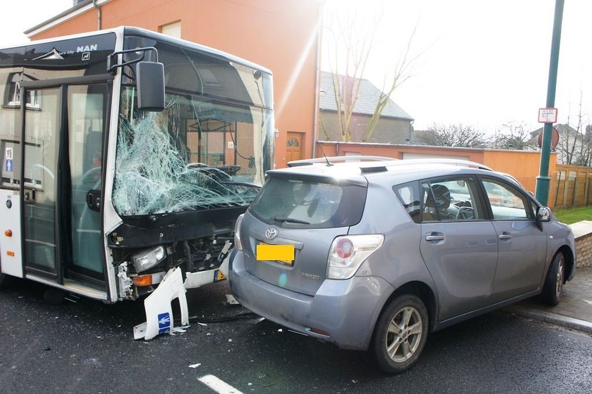Le choc a été violent entre le bus, dont le parebrise a volé en éclats, et la voiture.