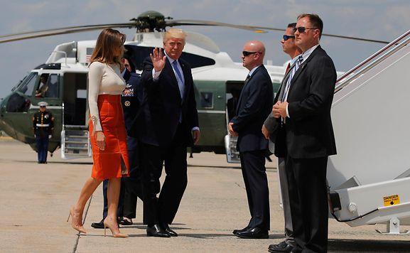 Donald Trump und seine Frau Melania besteigen die Air Force One für die erste offizielle Auslandsreise.
