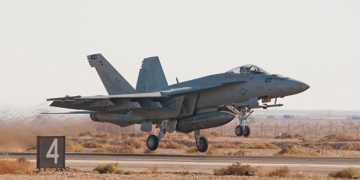 Un chasseur F/A-18, avec deux membres à bord, est impliqué dans l'accident.