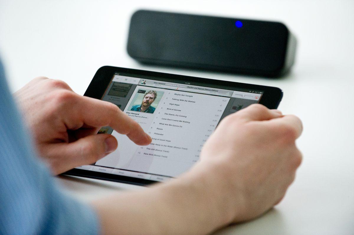 Bluetooth-Funk ist sparsam, verbraucht aber auch Strom. Wer Box und Mobilgerät per Kabel verbindet, kann unterwegs länger Musik hören.