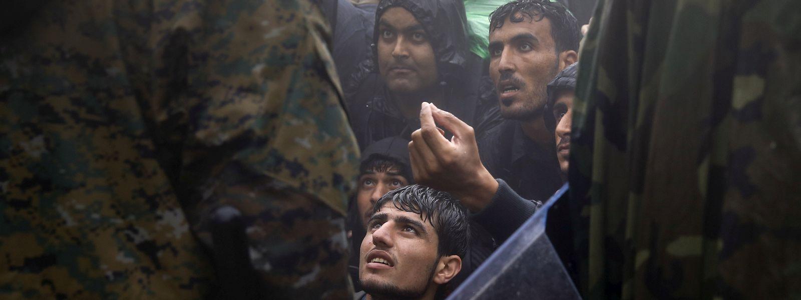 Die schleppende Umverteilung der Flüchtlinge führt zu unhaltbaren Zuständen in den Auffangstrukturen.