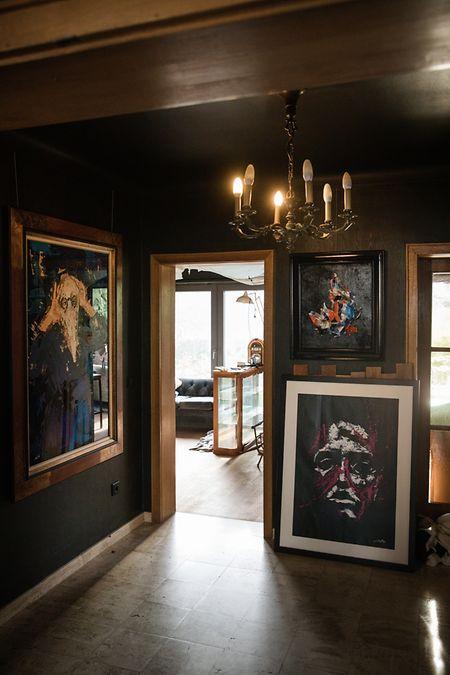 Quelques oeuvres ont déjà été accrochées sur les nouveaux murs noirs.
