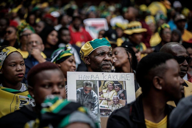 Mit einem Staatsbegräbnis hat Südafrika am Samstag Abschied von der Anti-Apartheids-Kämpferin Winnie Madikizela-Mandela genommen.