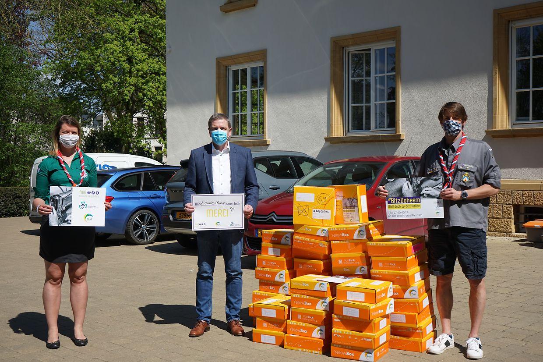 Maskenübergabe beim Roten Kreuz.