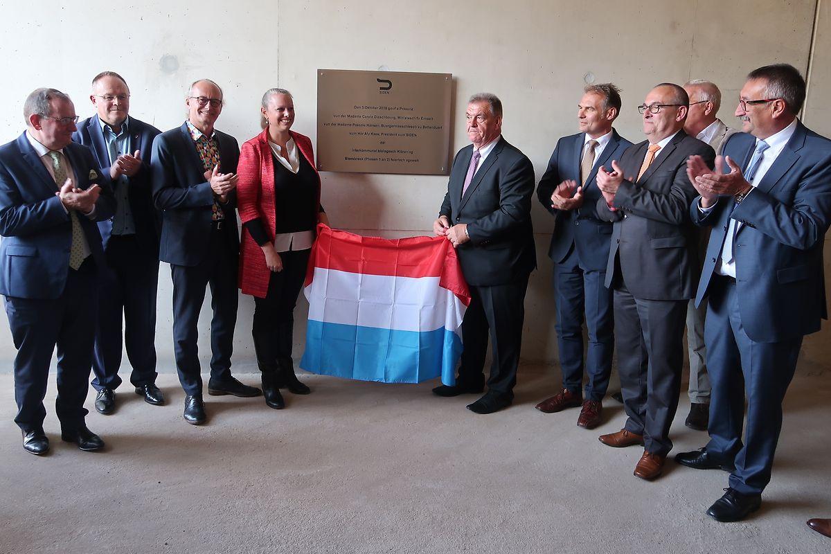 Die Siden-Verantwortlichen und gleich vier Regierungsmitglieder enthüllten eine Plakette, die an die Inbetriebnahme der neuen biologischen Abwasserbehandlung in Bleesbrück erinnert.