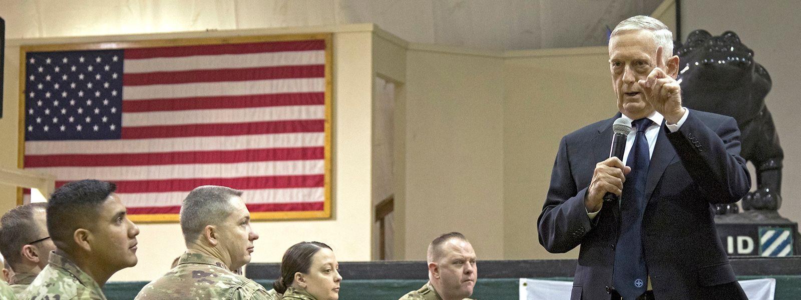 Mattis, spricht bei seinem Besuch in der Bagram Air Base zu US-Soldaten.