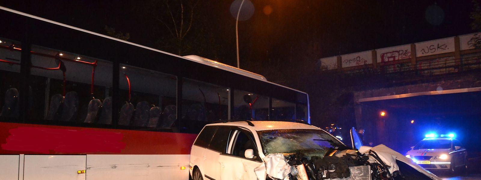 Bei einer Frontalkollision wurde der Fahrer des Autos leicht verletzt.