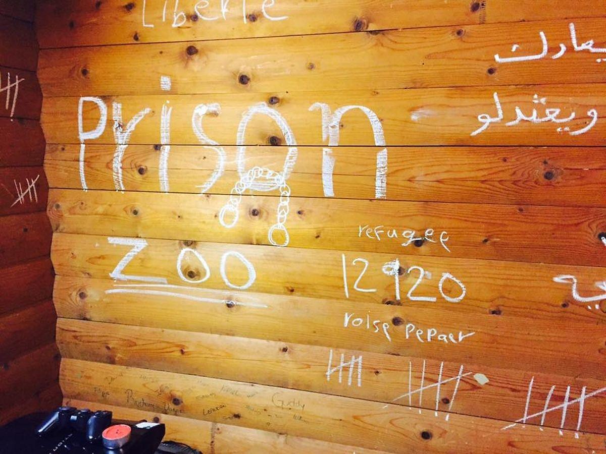 """Der Asylbewerber, der diese Zeichnungen an die Wand seines Chalets in Bourscheid malte, ist nicht der erste, der sein Flüchtlingsheim als """"Gefängnis"""" bezeichnet."""