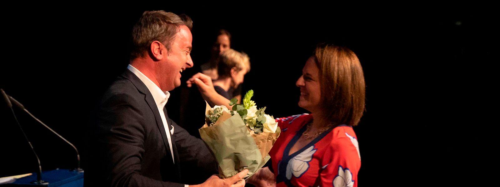Premier Bettel gratuliert Corinne Cahen zum Geburtstag. Zusammen mit dem DP-Führungsteam wurde die Parteivorsitzende mit 96,36 Prozent der Stimmen im Amt bestätigt.
