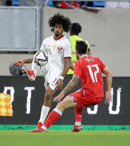 Luxemburgs Mica Pinto (r.) hat mit Akram Afif aus Katar alle Hände voll zu tun.
