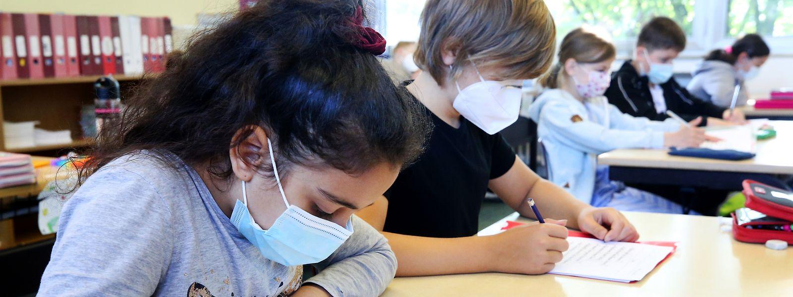 """DP-Fraktionschef Gilles Baum und Bildungsminister Claude Meisch (DP) appellierten an die Erwachsenen, sich impfen zu lassen, """"damit die Kinder im Herbst im Unterricht keine Maske mehr tragen müssen"""", wie Baum meinte."""