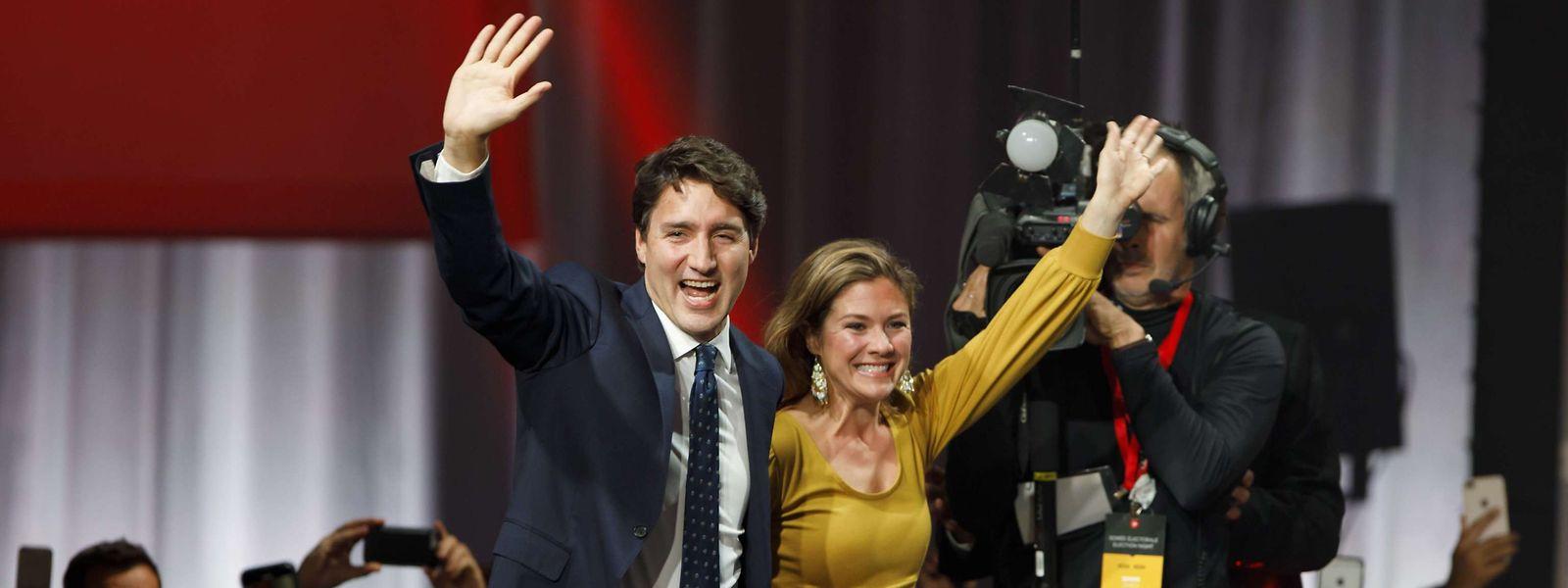 Platz eins gehalten: Justin Trudeau und Ehefrau Sophie lassen sich von ihren Anhängern feiern.