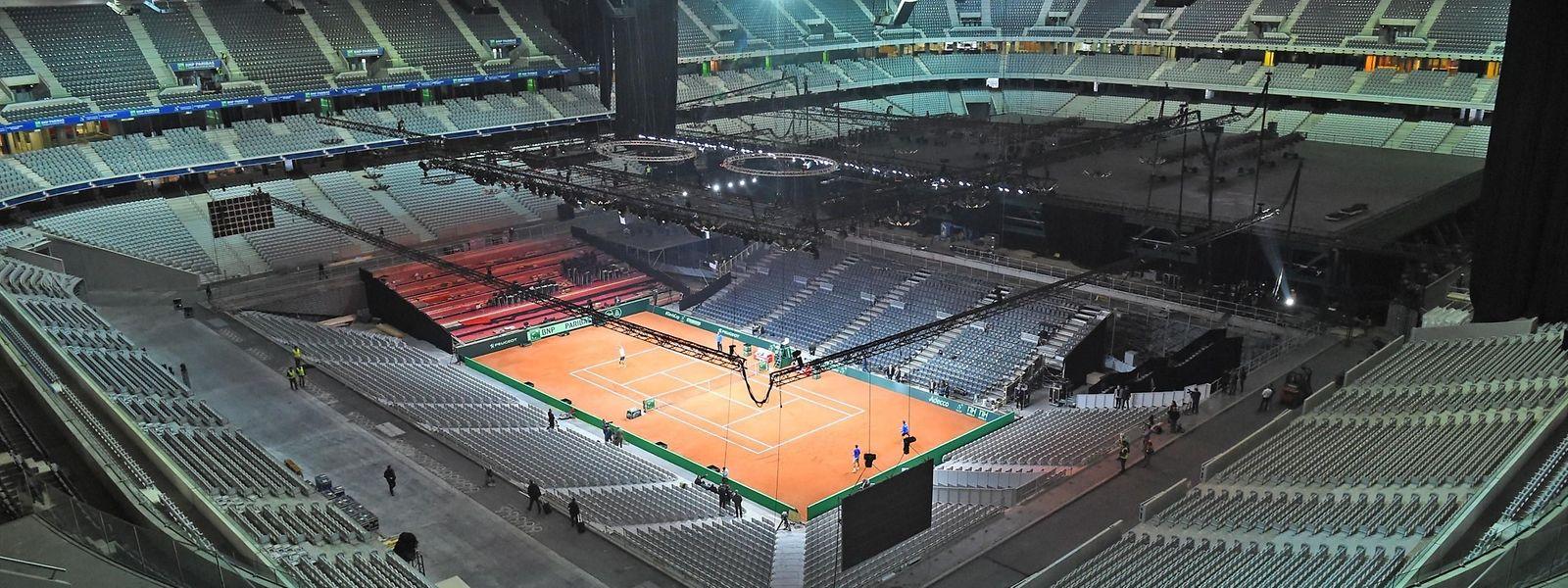 Transformer un terrain de rugby en un court de tennis en trois jours: telle est la mission des équipes de la FFT et du Stade Pierre-Mauroy en vue de la finale de la Coupe Davis.