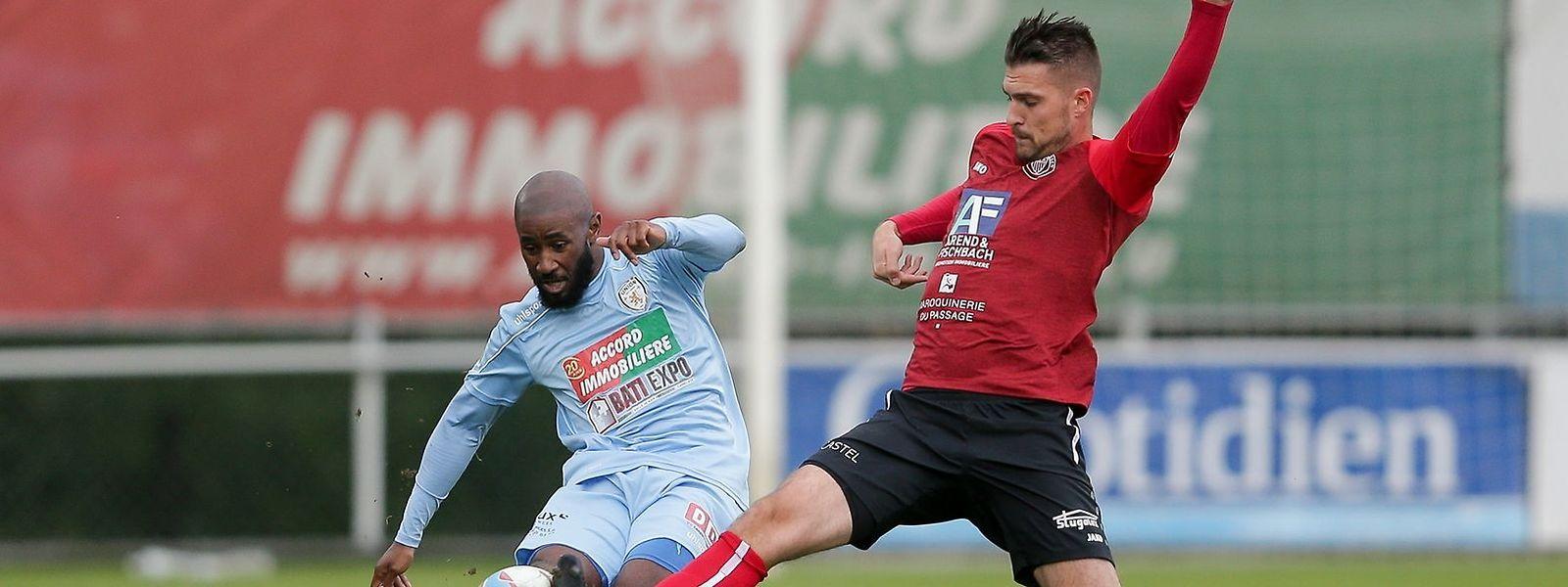 Yannick Kakoko, do Union Titus Pétange, e Sebastian Szimayer, do UNA Strassen, no jogo da oitava jornada que se saldou por um empate (2-2).