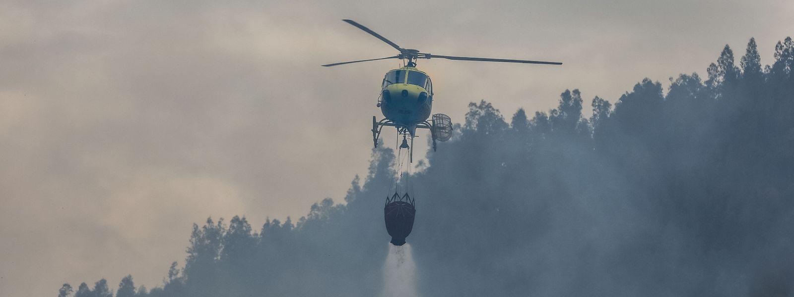 Um helicóptero faz uma descarga durante o combate ao incêndio
