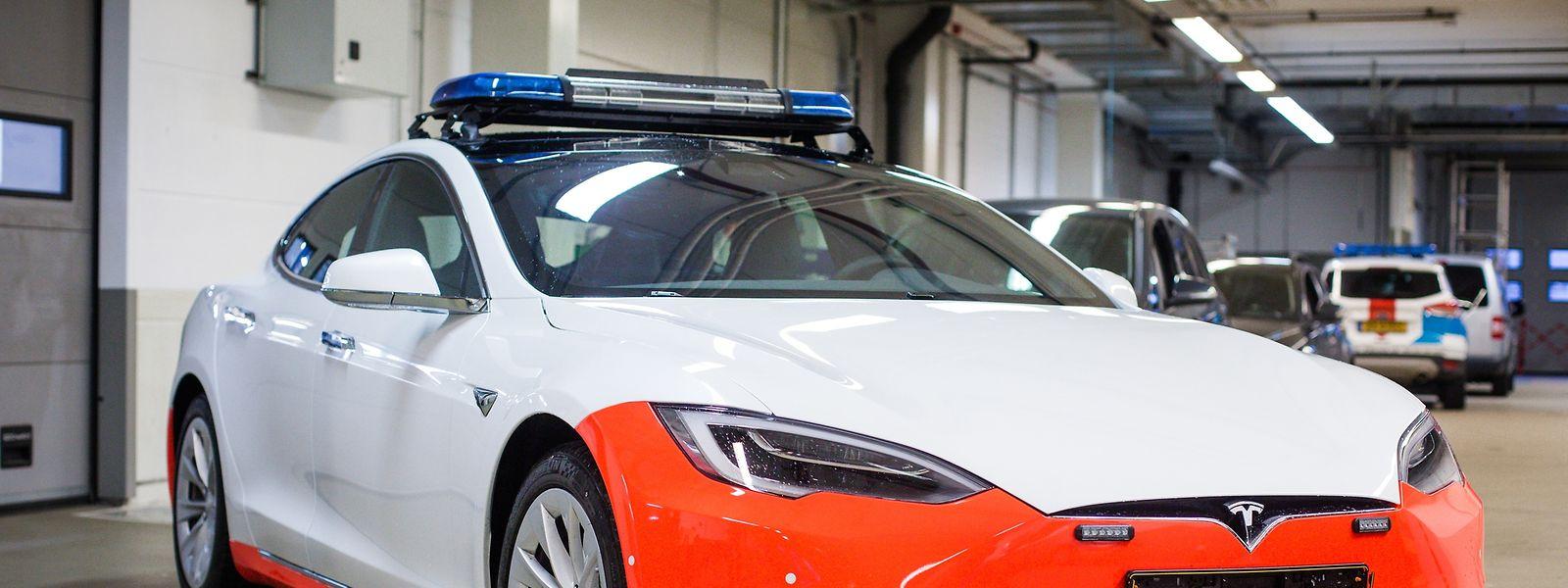 Um dos dois modelos Tesla S da polícia luxemburguesa que ainda não saíram da garagem.