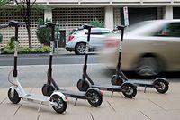 ARCHIV - 17.09.2018, USA, Washington: E-Tretroller mit Elektroantrieb des Anbieters Bird stehen an einer Straße. (Zu dpa «E-Scooter - Verletzungsrate in den USA dramatisch gestiegen») Foto: Magdalena Tröndle/dpa +++ dpa-Bildfunk +++