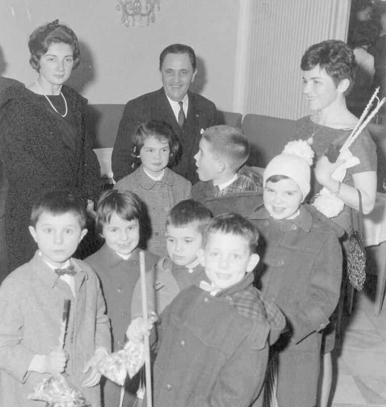 """Lichtmess 1961: Kinder singen """"Léiwer Herrgottsblieschen"""" im Foyer der EWG (Europäische Wirtschaftsgemeinschaft) in Brüssel."""