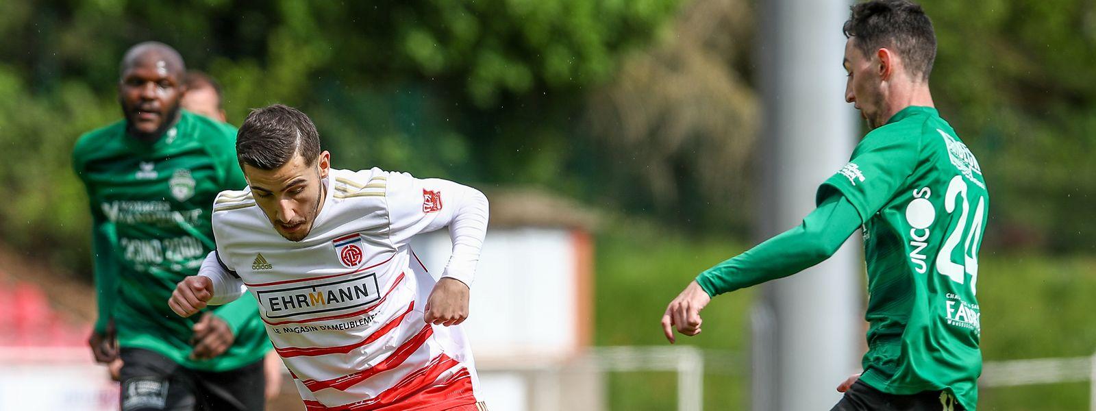Die zwei Tore von Zachary Hadji (l.) reichen für Fola gegen Mondorf un Alexis Heintz nicht aus.