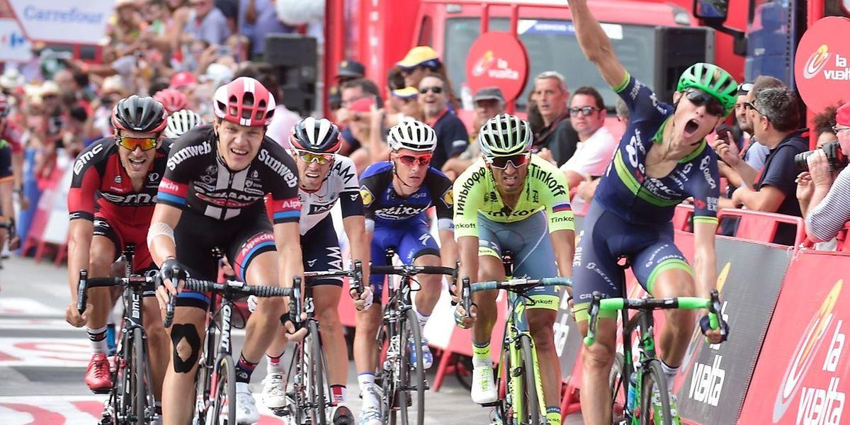 Le Danois Magnus Cort Nielsen lève le bras en signe de victoire. Tout à gauche, Jempy Drucker (BMC) signe la troisième place.
