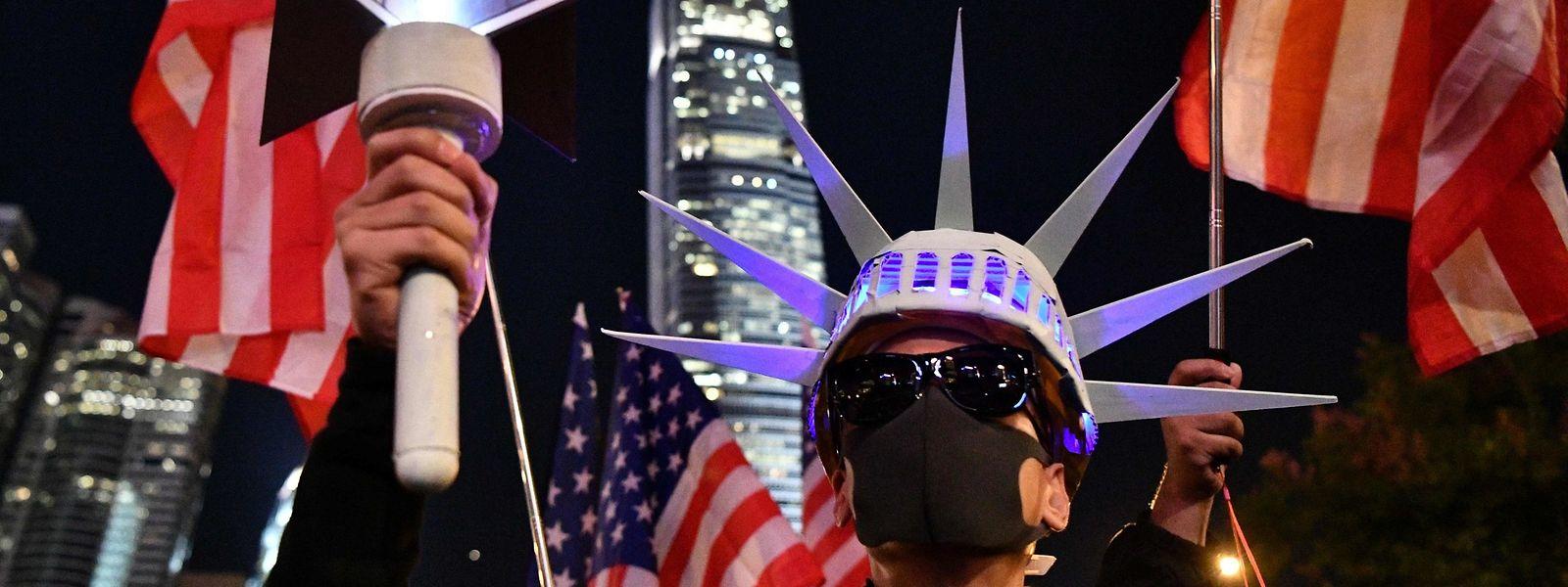 Les manifestants hongkongais brandissaient des symboles américains après la promulgation de la résolution par la Maison Blanche.