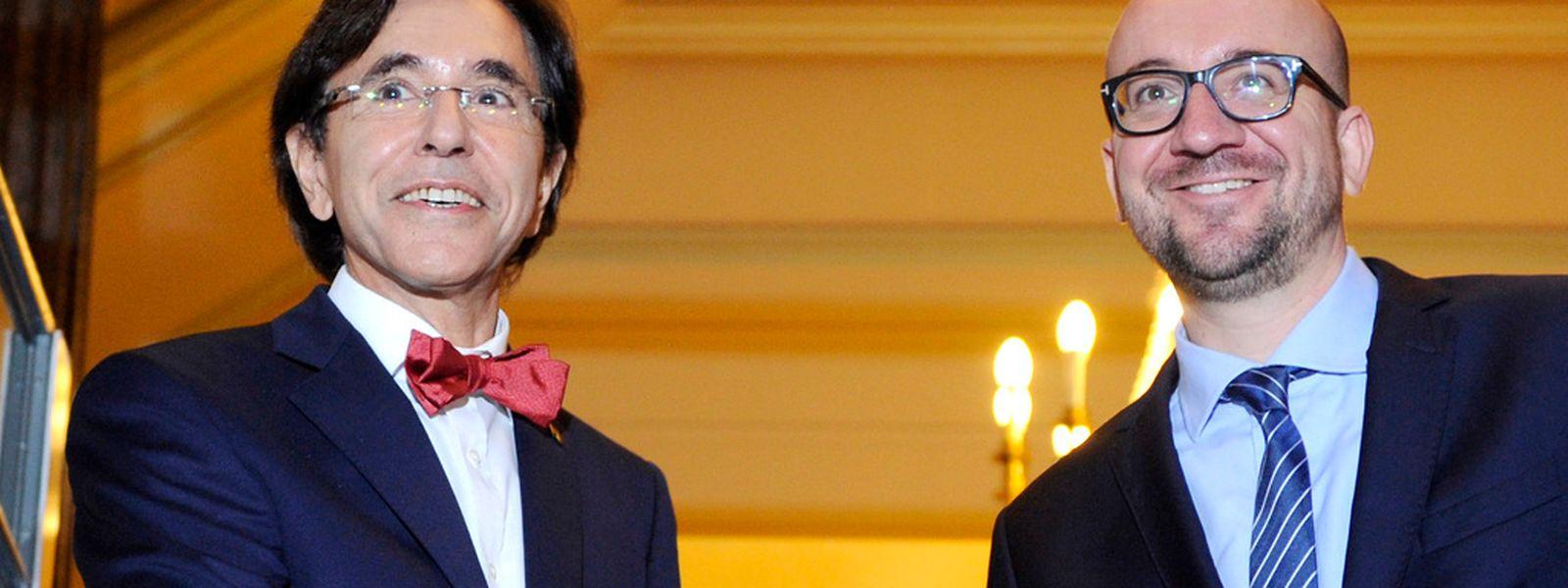 Amtsübergabe: Ex-Premier Elio Di Rupo (links) schüttelt seinem Nachfolger Charles Michel die Hand.