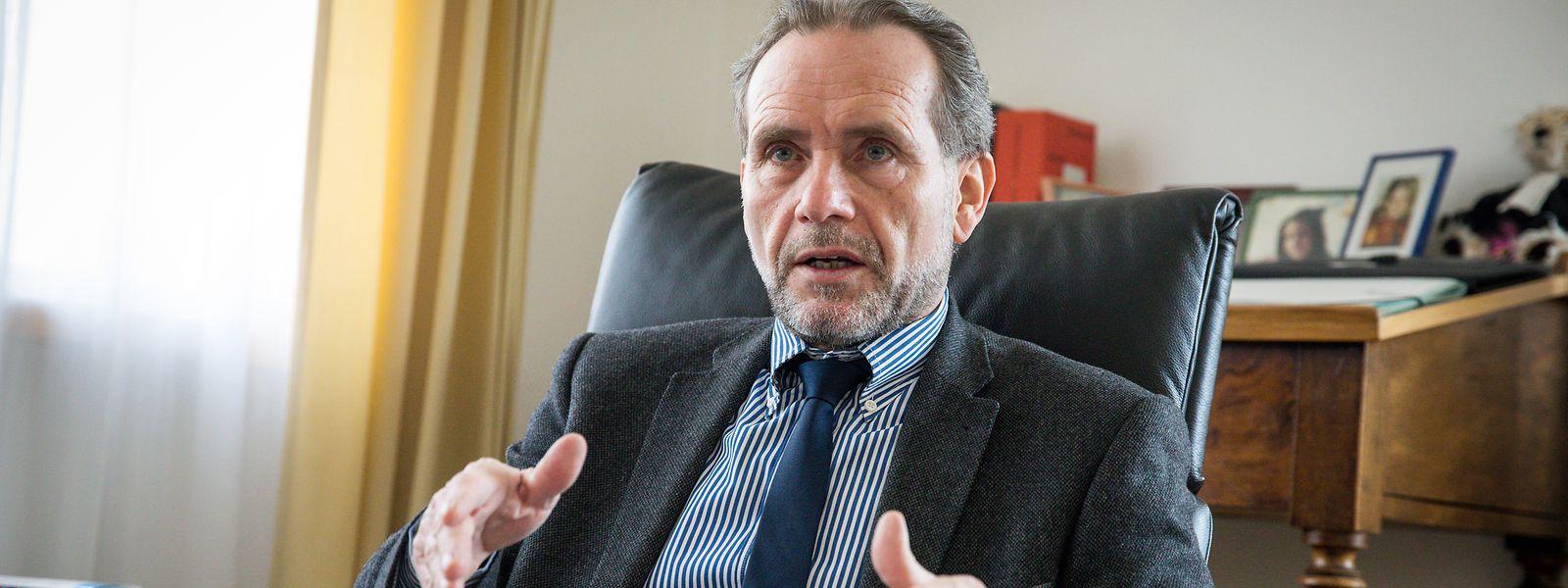 Ankläger oder vielleicht doch Notar? Vor dieser Wahl stand Jean-Paul Frising 1984 als junger Anwalt. Heute, 36 Jahre später, geht er nun als leitender Oberstaatsanwalt in Rente.