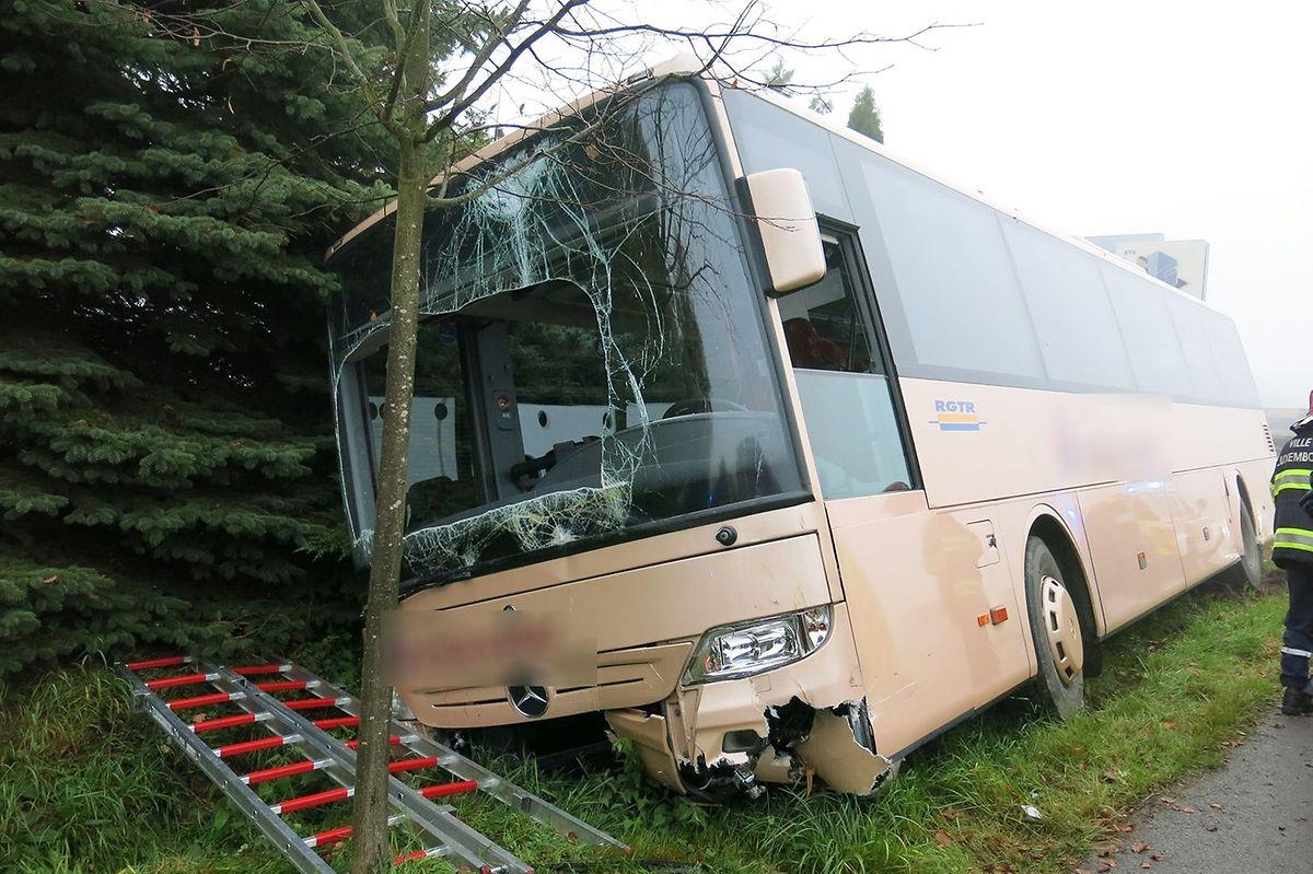 Les 20 passagers et le chauffeur ont été évacués par le parebrise.