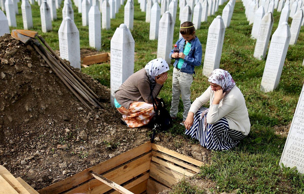 Trauer an einem der Gräber der Opfer des Massakers von Srebrenica. (Juli 2015)