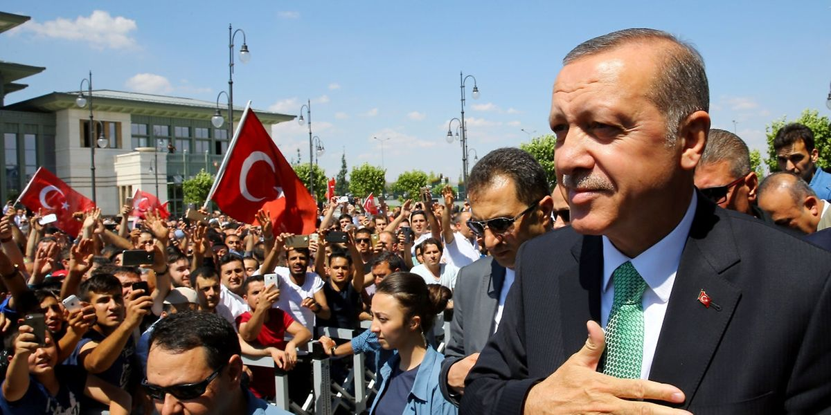 Der türkische Präsident Erdogan ließ mehr als 44000 Beamte vom Dienst suspendieren.