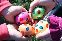 Ostereier, Ostern, Eier, gefärbte Eier, Kinderhände halten Eier