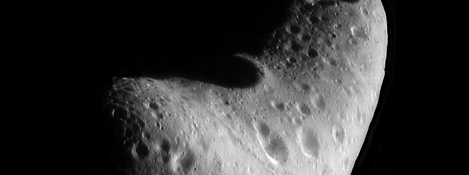 """Der Asteroid """"Eros"""" befindet sich auf einem erdnahen Orbit."""