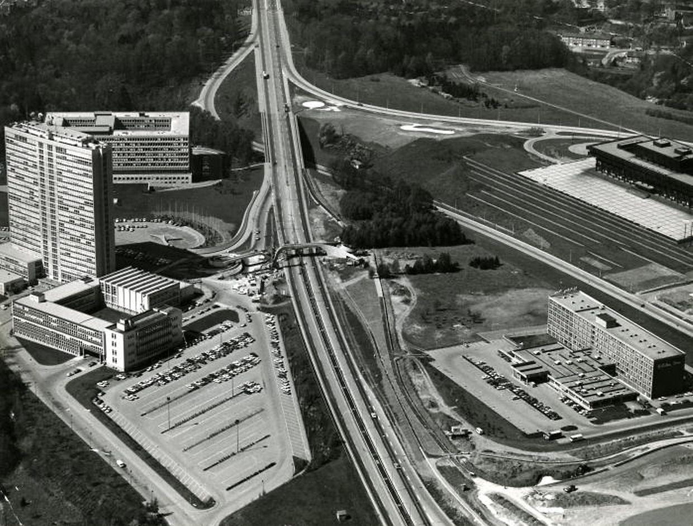 Ce cliché date de juin 1976. La Philharmonie n'est pas encore sortie de terre, notamment. Aujourd'hui, les tours Infinity ont remplacé le massif d'arbres à droite de l'axe routier.