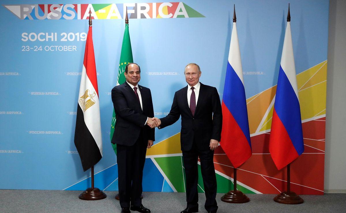 Wladimir Putin, Präsident von Russland,  begrüßt Abdel-Fattah al-Sisi, Präsident von Ägypten, vor Beginn des ersten Afrika-Russland-Gipfels.