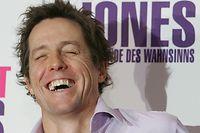 """ARCHIV - 12.11.2004, Berlin: Der britische Schauspieler Hugh Grant lacht bei einem Pressetermin zur Vorstellung des Films «Bridget Jones». Lange wurde Hugh Grant auf den sympathischen Junggesellen in romantischen Komödien reduziert. Jetzt erlebt die Karriere des britischen Schauspielers einen zweiten Frühling. Am 09.09.2020 feiert er seinen 60. Geburtstag. (zu dpa """"Vom Leinwand-Charmeur zum Charakterdarsteller: Hugh Grant wird 60"""") Foto: Soeren Stache/dpa +++ dpa-Bildfunk +++"""