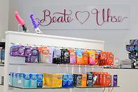 ARCHIV - Verschiedene Kondome der Marke Durex, Vibratoren und Dildos stehen am 13.06.2014 in einem Sex-Shop der Beate Uhse AG in Hannover (Niedersachsen). Der Erotik-Händler Beate Uhse verschiebt zum wiederholten Mal die Vorlage des Jahresberichts für 2016 und korrigiert die Umsatz- und Gewinnprognose nach unten. (zu dpa «Jahresbericht von Beate Uhse verzögert sich weiter - Prognose gekippt» vom 27.10.2017) Foto: Julian Stratenschulte/dpa +++(c) dpa - Bildfunk+++