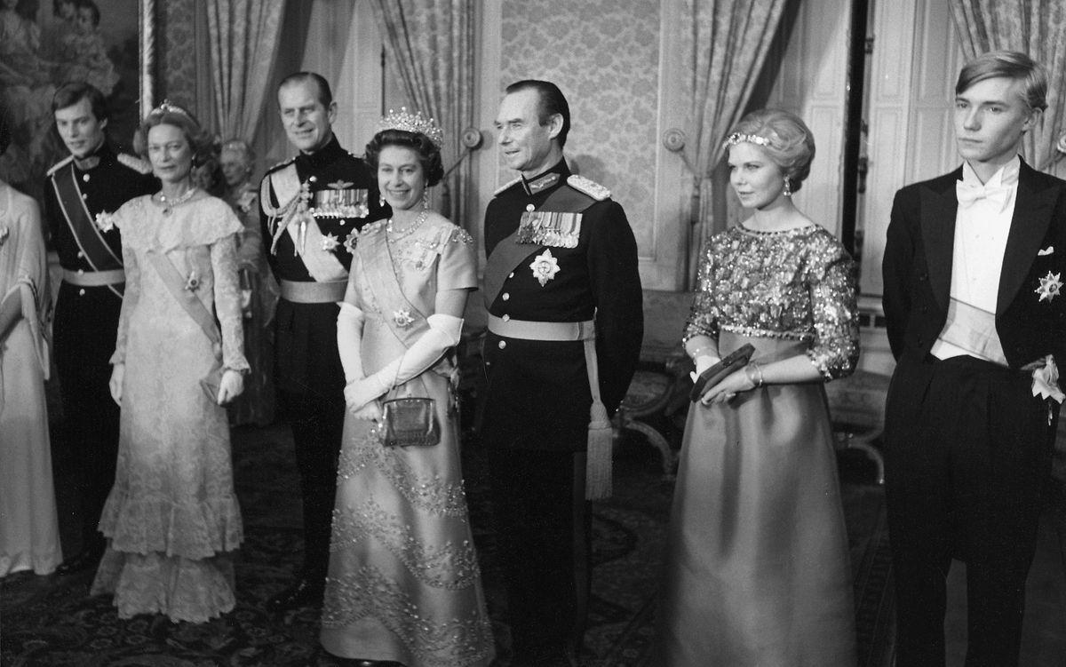 Le grand-duc Jean accompagné de la reine Elisabeth II.