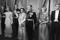 HENRI — Grossherzog von Luxemburg ab dem 7. Oktober 2000, 1955 * / JOSEPHINE-CHARLOTTE + — Grossherzogin von Luxemburg vom 12.11.1964 - 07.10.2000, Prinzessin von Belgien, 1927 * - 2005 + / PHILIP — Prinz von Grossbritannien, 1921 *, Herzog von Edinburgh, Gemahl von Königin Elisabeth II. / ELIZABETH II. — Königin von Grossbritannien und Nordirland seit 1952, 1926 * / JEAN — Grossherzog von Luxemburg vom 12.11.1964 - 07.10.2000, Herzog von Nassau, Prinz von Bourbon Parma, 1921 * / MARIE-ASTRID — Prinzessin von Luxemburg, 1954 *, Erzherzogin von Österreich / JEAN NASSAU — Prinz von Luxemburg, 1957 *