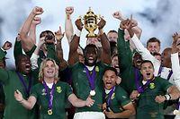 02.11.2019, Japan, Yokohama: Rugby: WM, Männer, England - Südafrika, K.o.-Runde, Finale. Die südafrikanische Mannschaft feiert mit dem Pokal, nachdem sie Rugby-Weltmeister geworden sind. Foto: David Davies/PA Wire/dpa +++ dpa-Bildfunk +++