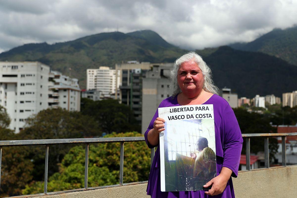 A ativista lusodescendente pelos direitos humanos, Ana Maria da Costa, posa para a fotografia com o cartaz que a tem acompanhado nos últimos tempos. Tem a imagem do seu irmão, o politólogo Vasco da Costa, atualmente preso pelo regime de Nicolás Maduro.