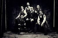 """ACHTUNG: SPERRFRIST 14. MAI 00:01 UHR. FREI FÜR DIENSTAG-AUSGABEN - HANDOUT - 23.01.2019, ---: Die Band Rammstein um den Sänger Till Lindemann (M, undatierte Aufnahme). Die Fans mussten lange warten. Bei Rammstein heißt das: Anhänger auf der ganzen Welt. Nun bringen die Martial-Rocker mit """"Rammstein"""" ein neues Album raus. (zu dpa «Keine Grenzen, keine Zäune» - Rammstein zwischen Politik und Sex"""") Foto: Jes Larsen/Universal Music/dpa - ACHTUNG: Nur zur redaktionellen Verwendung im Zusammenhang mit einer Berichterstattung über das Album und nur mit vollständiger Nennung des vorstehenden Credits +++ dpa-Bildfunk +++"""