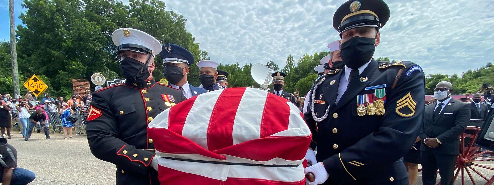 Eine Ehrengarde der Vereinigten Staaten trägt den Sarg des verstorbenen Abgeordneten John Lewis.