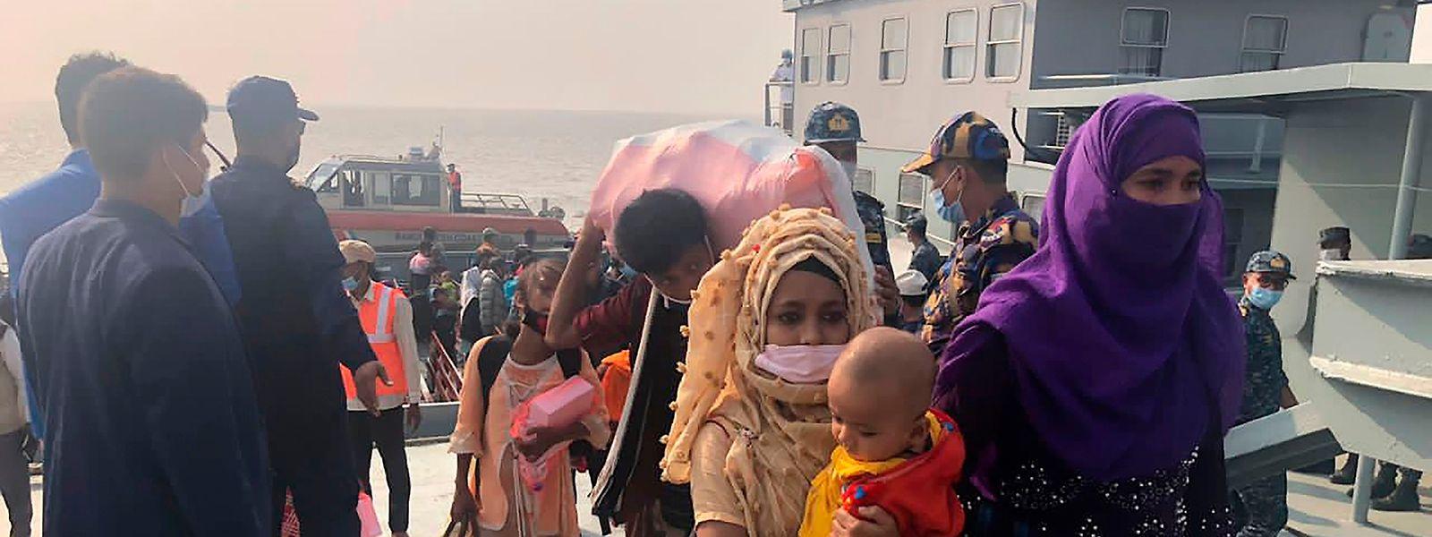 """Rohingya-Flüchtlinge bei ihrer Ankunft auf Basan Char (auf Bengali bedeutet das """"schwimmende Insel"""").Hier sollen dauerhaft  insgesamt 100000 Rohingya angesiedelt werden."""