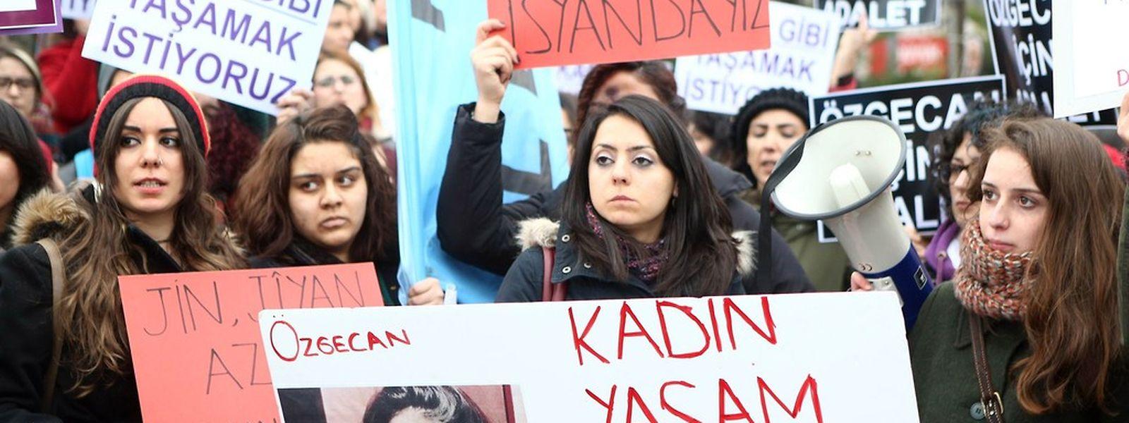 Frauen in Istanbul demonstrierten am 14. Februar gegen Gewalt gegen Frauen. Das Plakat zeigt die ermordete 20-jährige Özgecan Aslan.