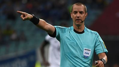 US referee reacts Mark Geiger gestures during the 2017 Confederations Cup group B football match between Australia and Germany at the Fisht Stadium in Sochi on June 19, 2017. / AFP PHOTO / Patrik STOLLARZ