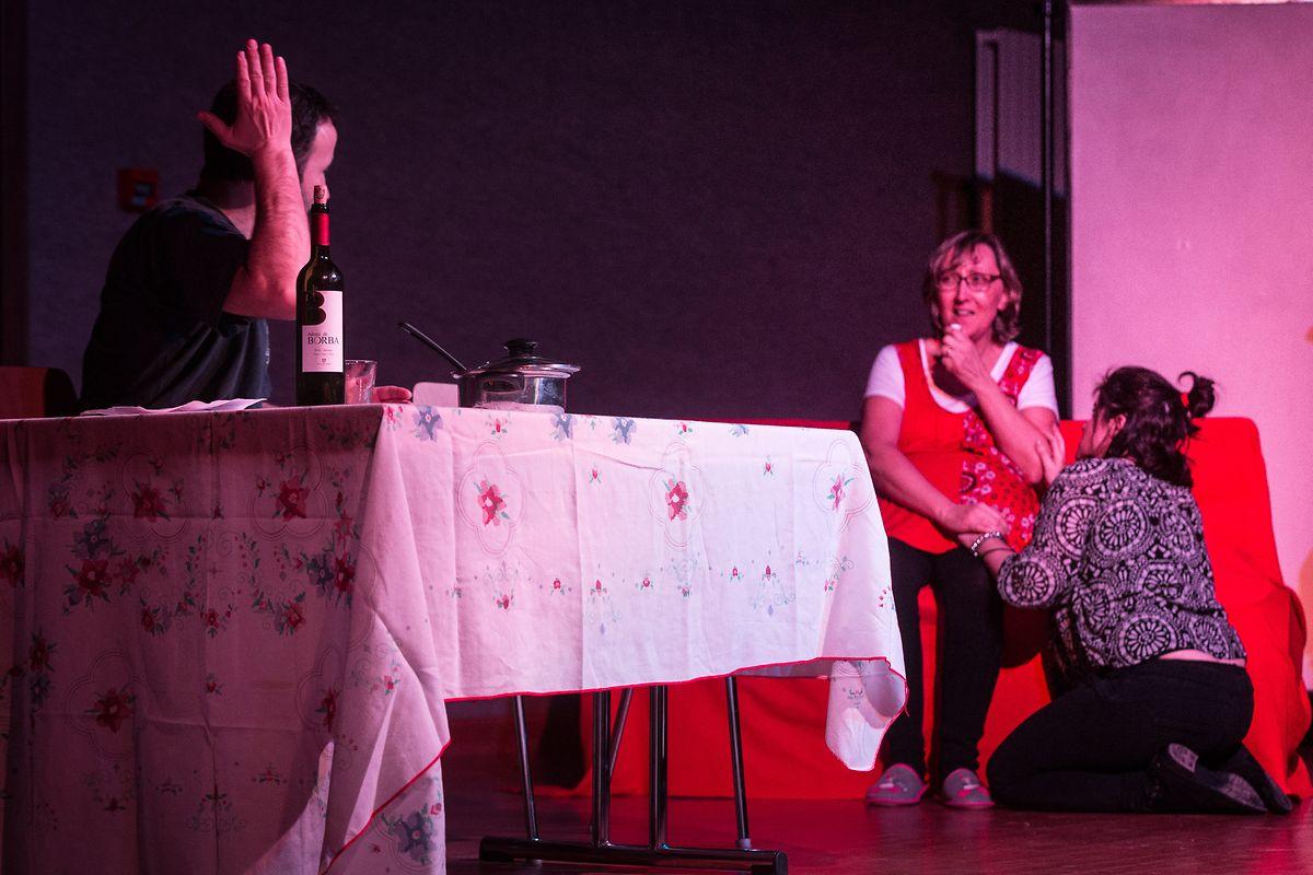Peça de teatro sobre a violência doméstica.