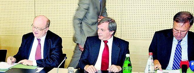 Gaston Reinesch (l.), Präsident der SNCI, und Marc Solvi (r.), Generaldirektor der Paul Wurth S.A., unterzeichneten im Beisein von Wirtschaftsminister Jeannot Krecké den Übernahmevertrag.